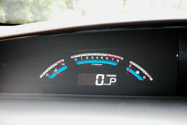 車內有三個液晶螢幕,並結合雲端的功能。 記者趙惠群/攝影