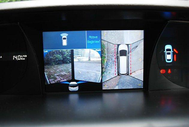 中控台最上方10.2吋大螢幕,配備360度Eagle View+ 環艙監視系統。 記者趙惠群/攝影