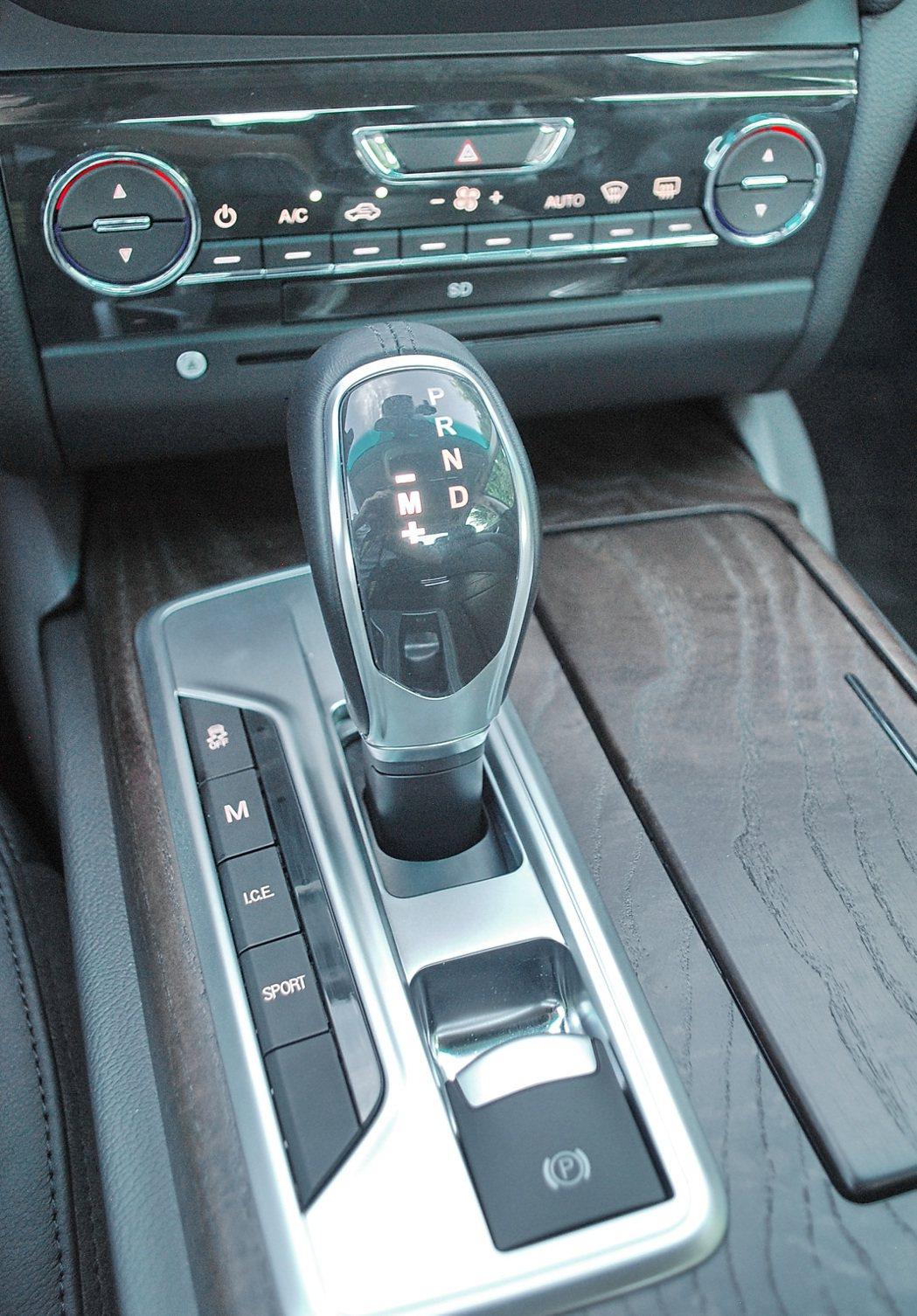 全車系ZF的8速手自排變速箱,動力傳輸線性直接,檔位變換快捷平順。排檔桿座有駕駛模式選擇按鍵,共五種模式可選
