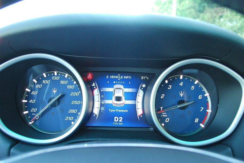 雙環儀表中央是圖像顯示功能螢幕,可顯示檔位與油壓與胎壓等行車等訊 記者趙惠群/攝影