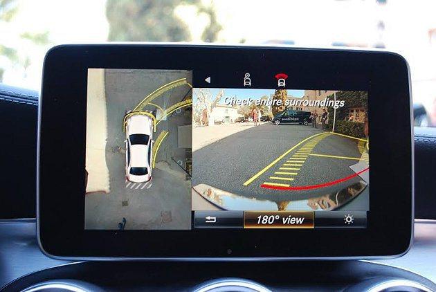 完整的駕駛輔助功能,如倒車全彩顯影系統。 記者趙惠群/攝影
