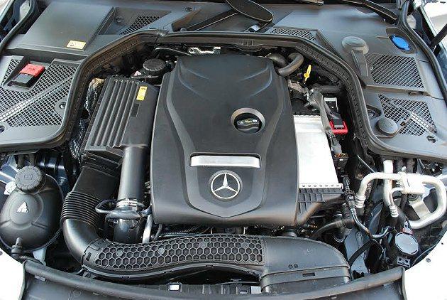 C250 AMG搭載一顆四缸汽油引擎,結合渦輪增壓與缸內直噴,可輸出211hp最...