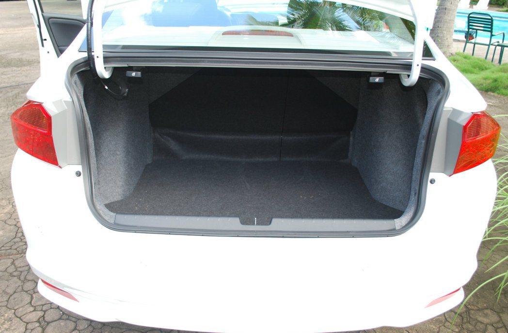 行李廂容積485升,底板下還有25公升置物空間可放小物。而64分離式座也讓行李廂...