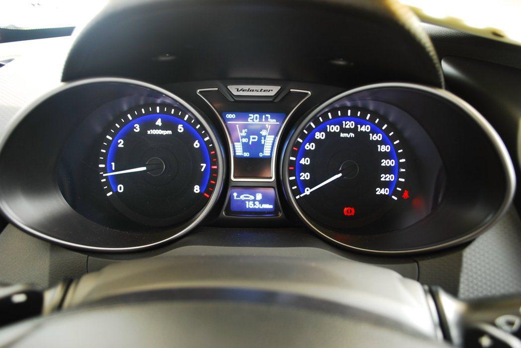 前衛的雙筒式儀表板跟行車資訊螢幕採用藍色冷光質感 記者許信文/攝影