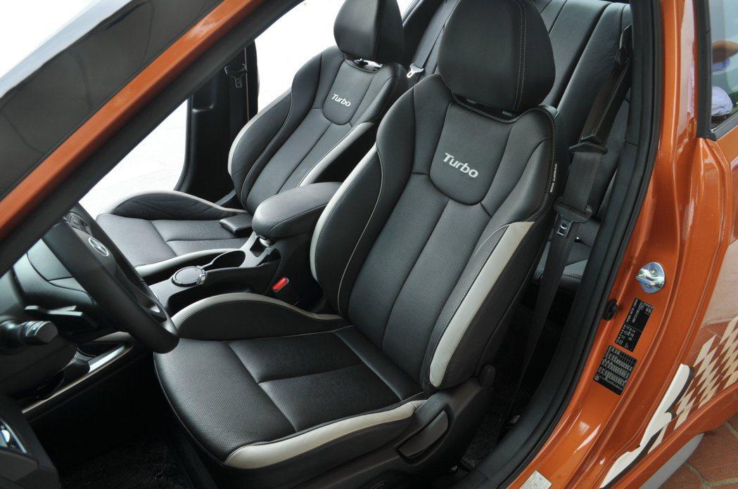 原廠選用類賽車運動前座椅強化性能風格,在腰部跟腿部的包覆扎實,椅背肩部位置也提供...