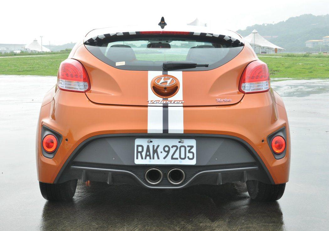 Veloster Turbo的車尾設計元素一樣豐富,上層擾流尾翼既有造型感也提供...