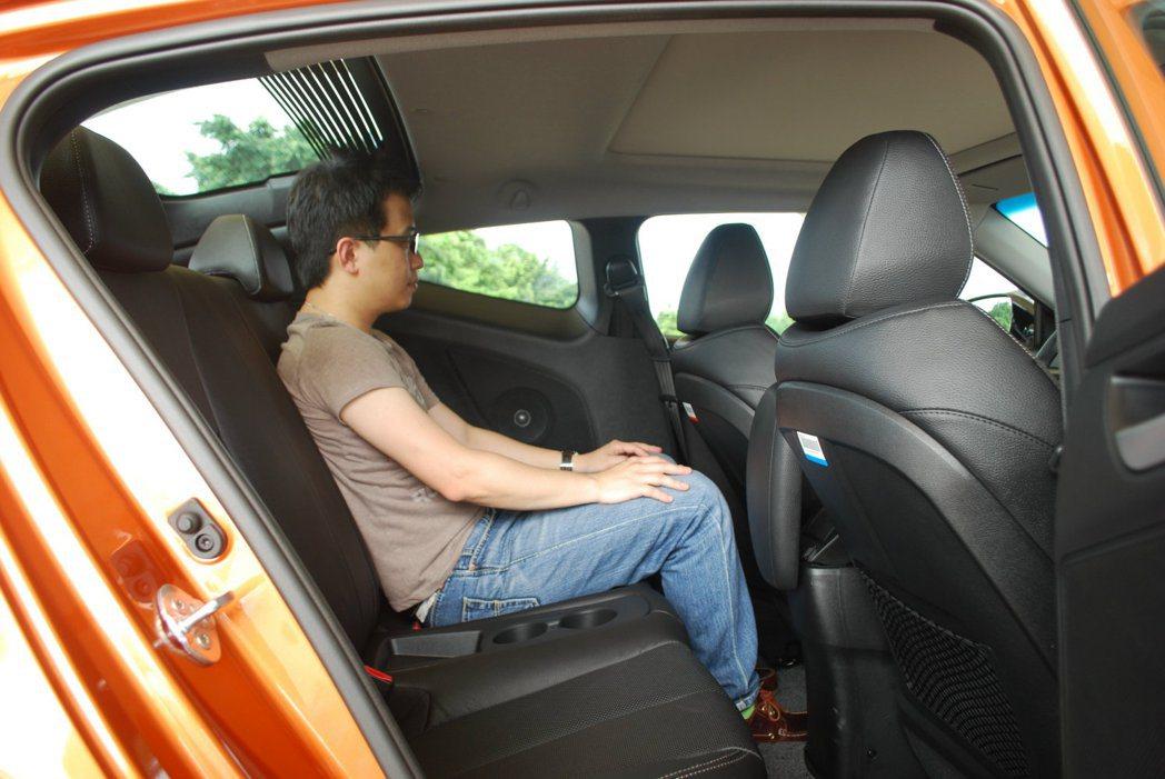 後座受限掀背車頂,乘客頭部會有比較大壓迫感,只能適合身高矮的孩童入座 記者許信文...