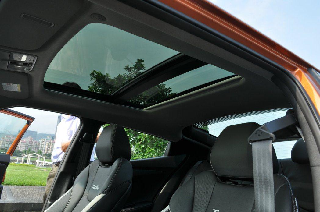 配備全景雙模式天窗,喜歡藍天白雲的車主在好天氣的情況下開啟大片天窗吹吹風,鋼砲也...