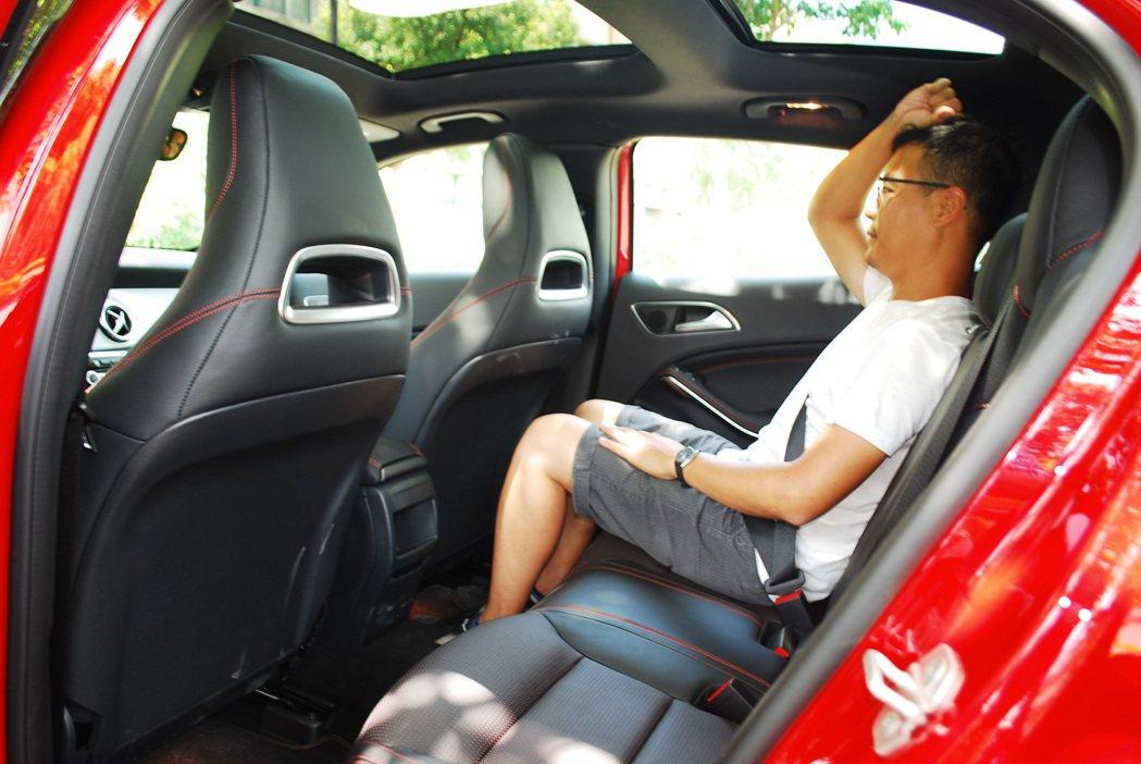 頭部空間算寬敞,試車手172公分坐在後座,頭部仍有15公分左右的空間。 記者趙惠...