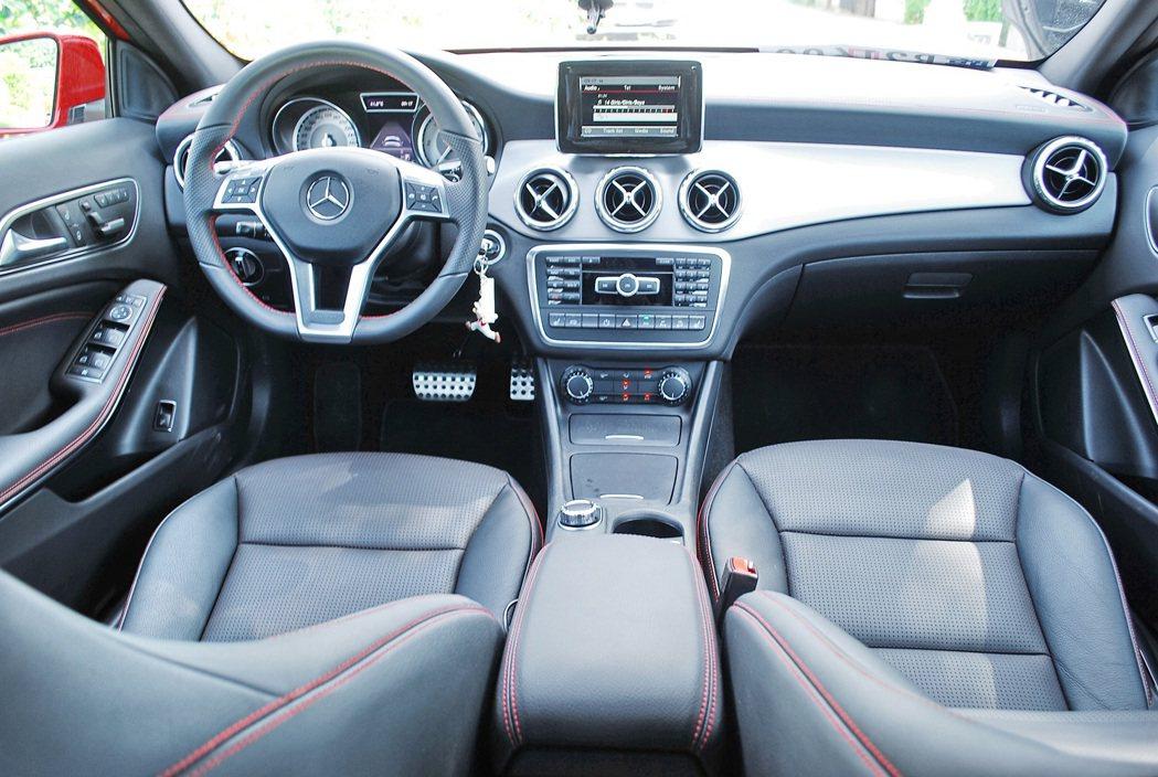試乘安排車輛有加裝AMG套件,皮革內裝紅色縫線,並採ARTICO皮革與Dinam...