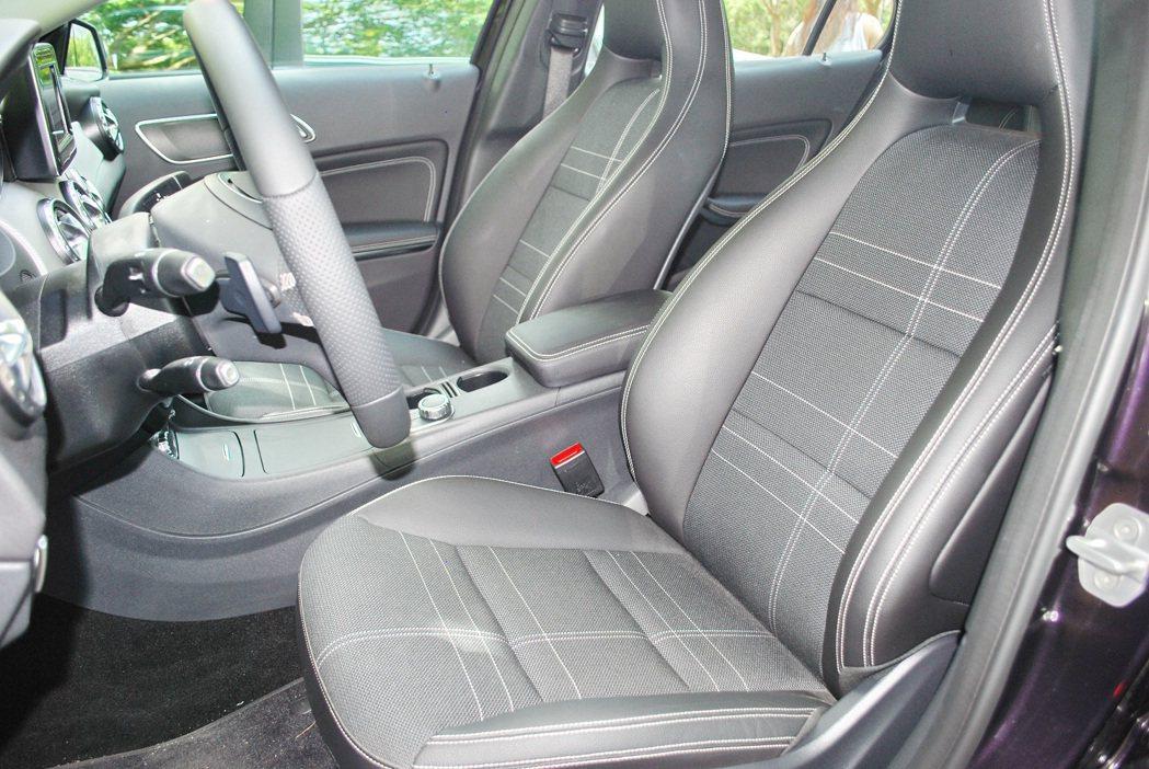 GLA_200的座椅採ARTICO皮革與織布交錯的異材質混搭,並且有對比縫線。 ...