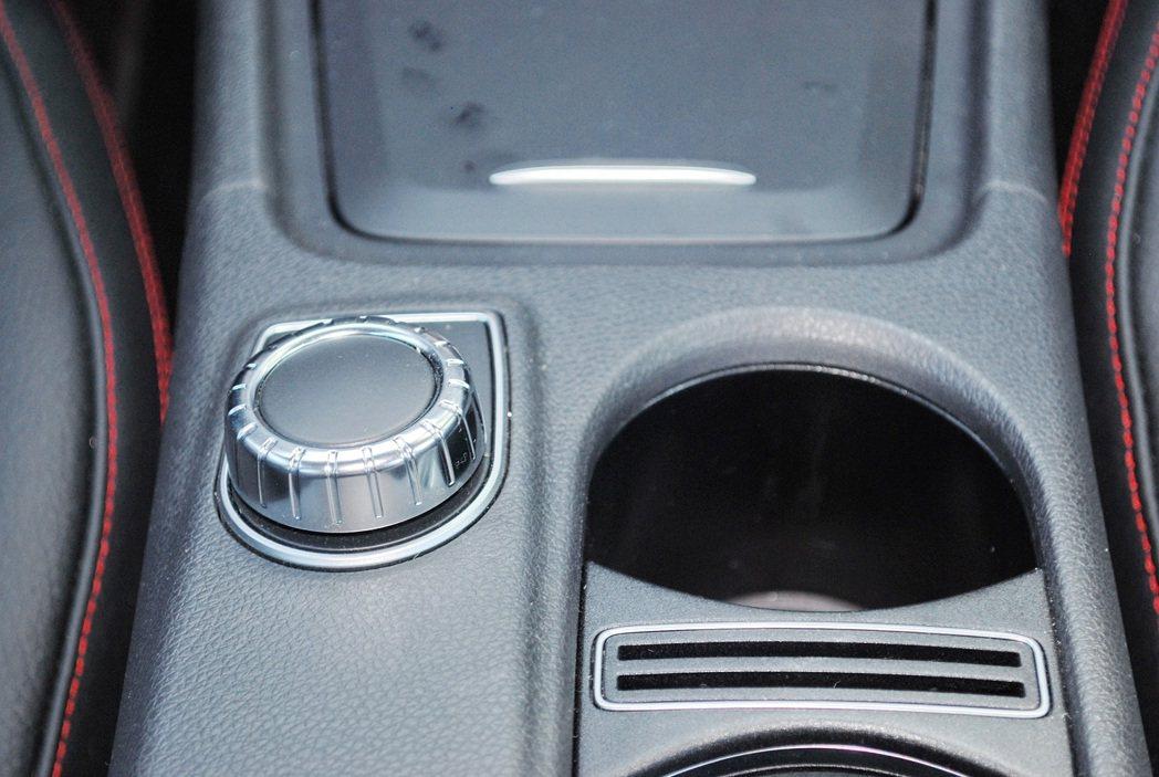 中央鞍座前方有Comand資訊系統的控制旋鈕。 記者趙惠群/攝影