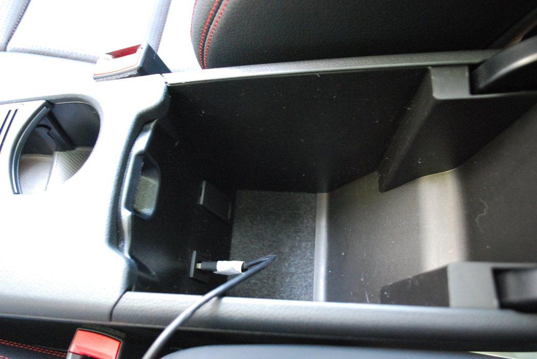 中央扶手內建USB插槽。 記者趙惠群/攝影