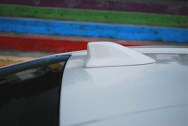 2015年式車型全數換上鯊魚鰭式天線。 記者趙惠群/攝影