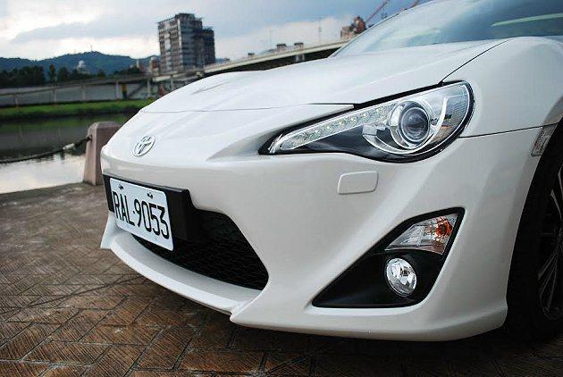 HID頭燈結合LED上燈眉,讓車頭更顯侵略性。 記者趙惠群/攝影