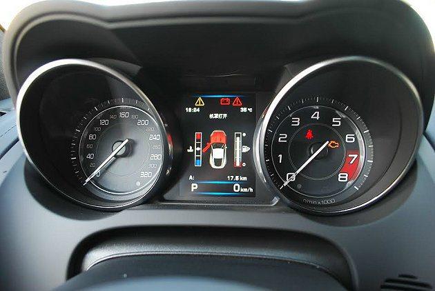 雙潛望鏡式儀表外環在賽車模式下會發出紅光,儀錶板中央能顯示油表與溫度,以及行車電...