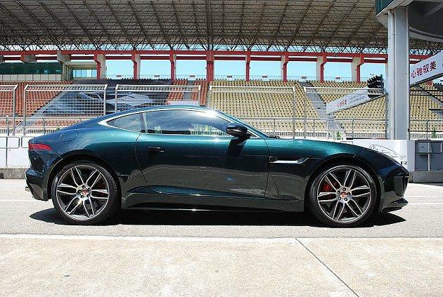 F-Type Coupe維持長車頭短車尾的傳統,車頂線車尾下拋形成行向前俯衝的意...