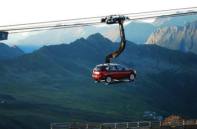 BMW原廠以纜車吊掛一台2 Series Active Tourer,上台300...