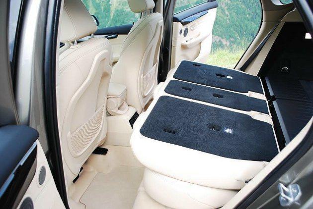 40-20-40的分式離式後座可快速傾倒近乎水平,讓行李廂置物容量瞬間擴大。 記...
