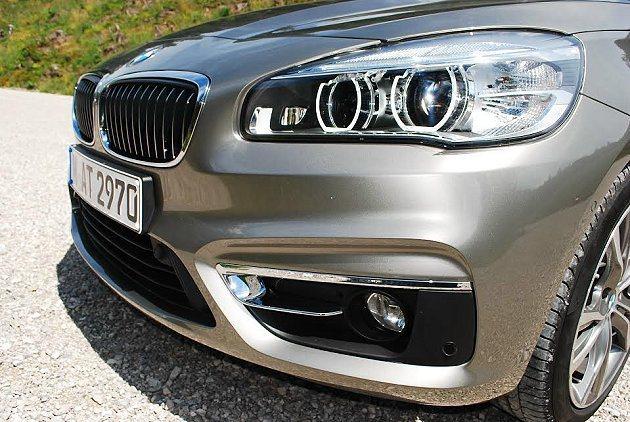 HID結合LED燈眉,造型向後上揚,表情豐富,霧燈座內嵌鍍鉻飾條,也呈現高級車質...