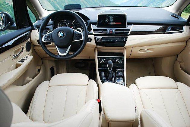 內裝有兩種不同風格設計配置,奢華精緻取勝的Luxury Line,以皮革搭配原木...