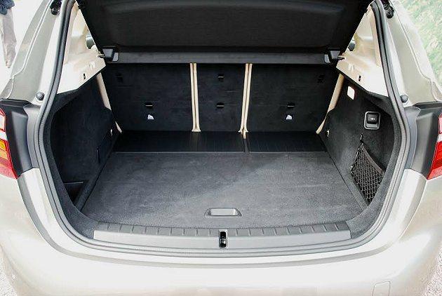 行李廂空間原本就有468公升,不算小,行李廂左右各有置物格與置物籃,實用性相當高...