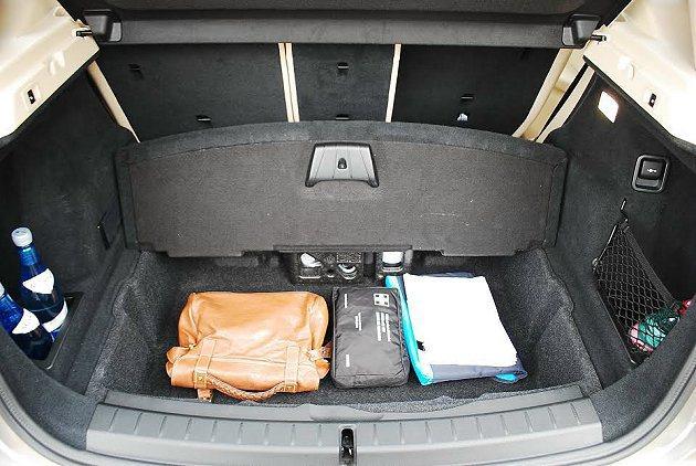 行李廂置物功能超強,底板下方還有置物格可化繁為簡。 記者趙惠群/攝影