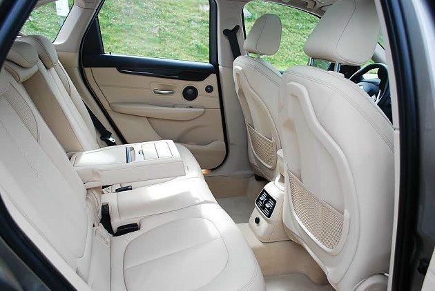 前座椅背有內凹式設計,為後座乘客爭取到更大腿部空間,後座還有獨立出風口,另有多重...