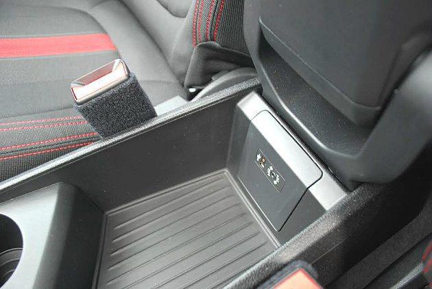 置物盤內有USB插槽與AUX-IN插孔。 記者趙惠群/攝影