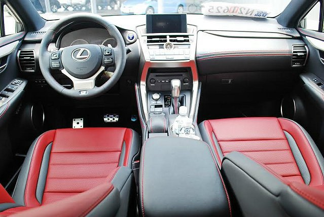 NX有四種不同內裝色調與材質組合,圖為F Sport車型幻焰紅色調內裝,真皮搭配...