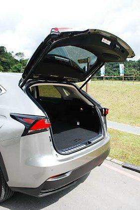 NX也配備電動尾門,加上行李廂地板開口平整,置物十分方便。 記者趙惠群/攝影
