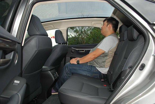 NX的車頂線條並沒為追求流線而下壓,犧牲車內高度,因此頭部與膝部空間十分寬裕,號...
