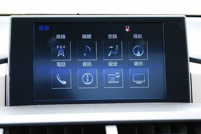 中控螢幕內建多媒體系統,中文化界面整合單片式DVD主機與導航系統、影音功能,以及...