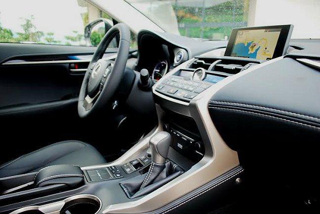 中控台依不同功能分區配置,包括螢幕、空調、影音多媒體與駕駛相關界面等四區配置;整...