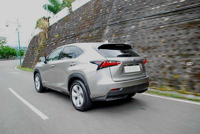 因為車身重心仍高,NX高速過彎仍會出現少許側傾與晃動。 記者趙惠群/攝影