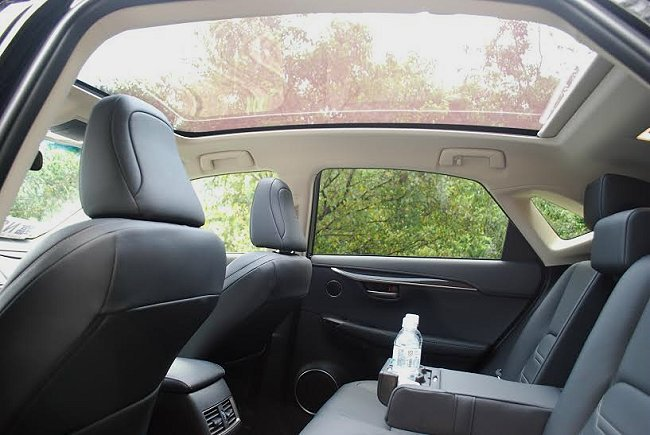 全景式天窗帶來高採光效果,面積為同級車之冠,也使車室空間更形開闊。 記者趙惠群/...