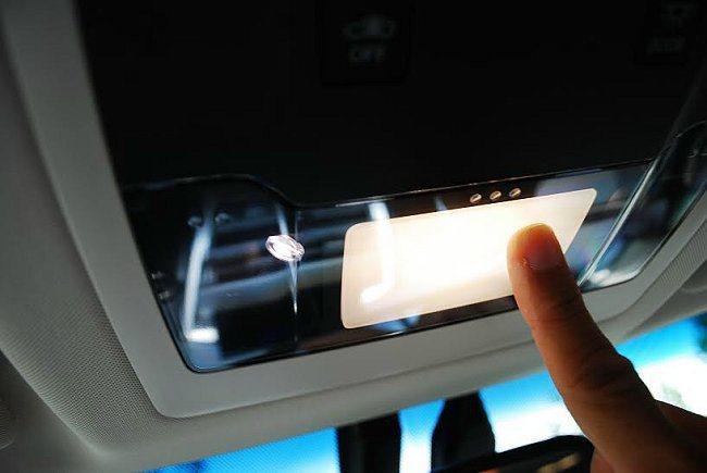 貼心而安全的設計,車內閱讀燈整個燈殼具觸控功能,手指碰觸任一部位都能開啟光源。 ...