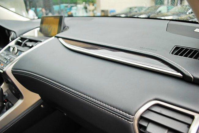 內裝精緻而善用巧思,前座正面上層是硬質的皮革包覆,加了細膩的縫線,上方還加了一塊...
