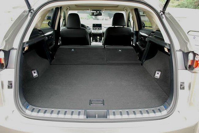 行李廂平整合且64分離式後座可快速傾倒,創造更大容量達1520公升的置物平台。 ...