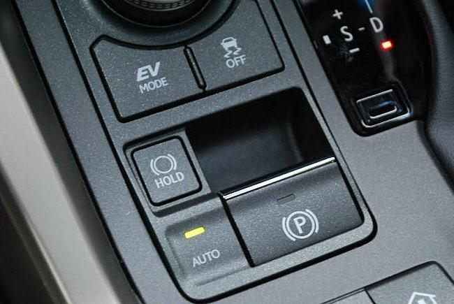 排檔桿座後方有EV純電行駛模式按鍵,另有hold斜坡起步與EPB電子式手煞車,提...
