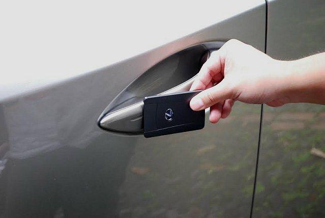 為保持車側平整,車門只有一個嵌入平整門把無鑰匙孔,以卡片靠近門把即能打開車門。 ...
