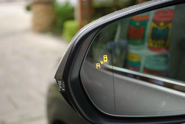 後視鏡上整合BSM盲點警示系統,提醒駕駛後方來車。 記者趙惠群/攝影