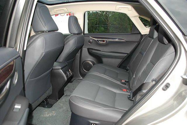後座與前座之間擁有同級車最大的膝部空間,臀部點距離達962mm,乘坐十分寬敞舒適...