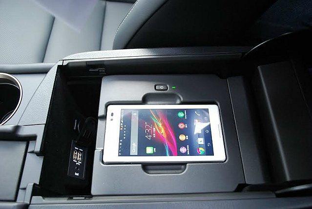 雙層式中央扶手置物盒,上層為手機放置架,可支援iPhone 5無線充電IN插孔,...