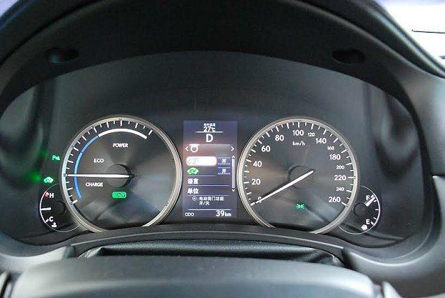 經典精緻的四環儀表清爽明朗,中央是行車資訊顯示螢幕,可顯示行車相關資訊與能源狀態...