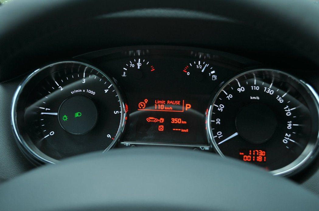 傳統雙環儀表搭配中央電子顯示旅程電腦,可顯示油耗、可行駛里程、現在檔位、定速及速限。 記者許信文/攝影