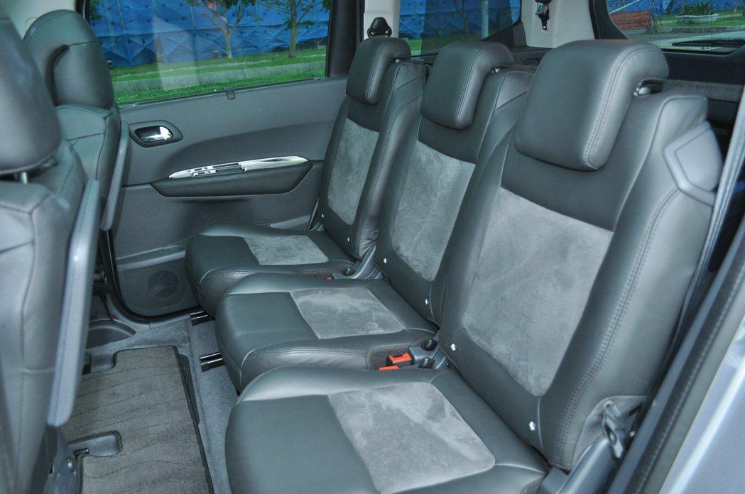 頂級款每個座椅都採用真皮雙色椅套。 記者許信文/攝影