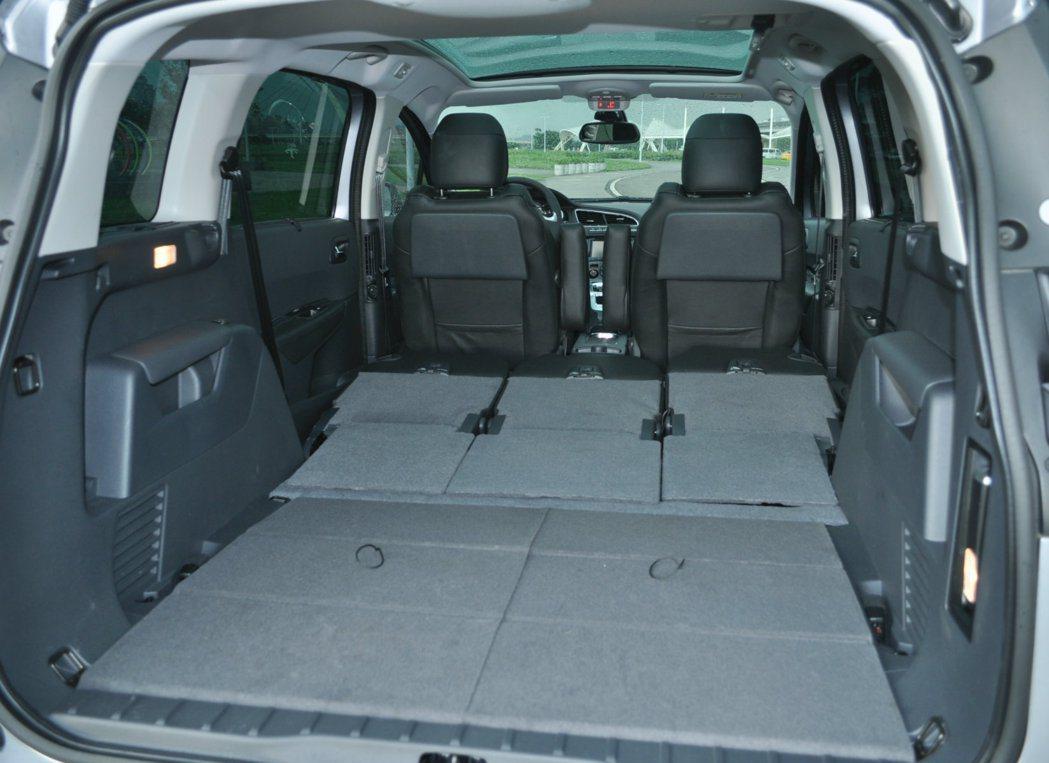 5008收納三排座椅創造平整的830公升空間,如果連同二排座椅前倒可以放送1,754公升大空間。 記者許信文/攝影