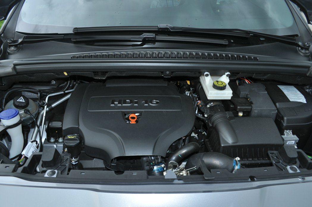 5008的動力搭載2.0L HDi柴油渦輪增壓引擎,並輔助高壓共軌直噴系統,扭力反應與經濟油耗是其特色。 記者許信文/攝影