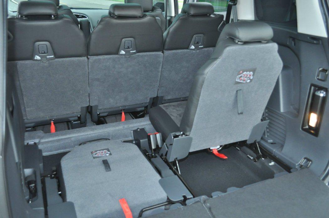 5008全車前後排共2+3+2座椅都可獨立調整,平時五人座情況下,第三排座椅收納車艙底板下。 記者許信文/攝影